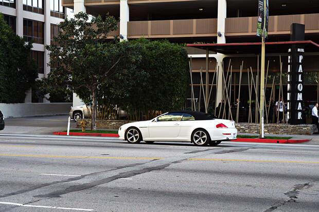 """Очередная труба поперек всего бульвара и """"трамплин"""" - наверное маркетинговый ход отеля Palomar (на заднем плане). Стоимость номера от $300 за ночь. америка, асфальт, дороги, лос-анджелес"""