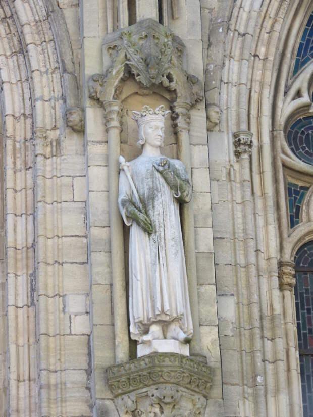 Вильгельм Железная Рука, статуя кафедерального собора в Кутансе.