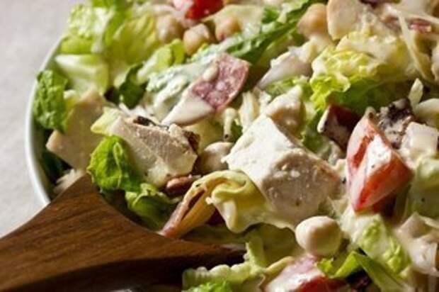 Итальянский шопский салат со сливочно-чесночной заправкой