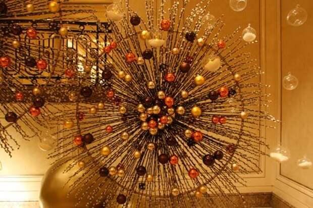 декор из веток и елочных шаров