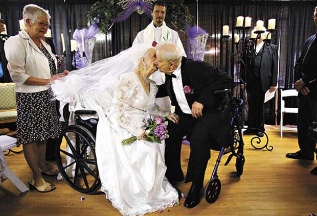 Житель Росвуда женился на своей избраннице в ее сотый день рождения