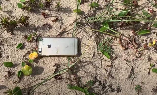 Мужчина снимал вид и уронил айфон с самолета: камера не выключилась и записала путь до земли