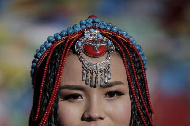 Невеста по имени Цзин Ли в традиционном тибетском костюме позирует фотографу в горах Тангла в день своей свадьбы, 18 ноября 2015 года. И 22-летняя Цзин Ли и её супруг, 23-летний Кэ Сюй, родом из провинции Хубэй. Пара прожила в Тибете три года.