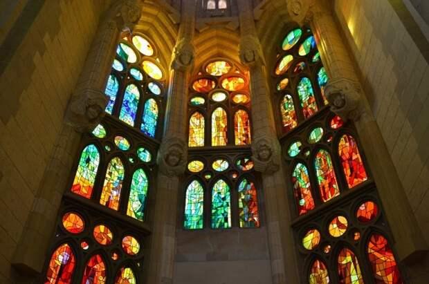 В храме установлены цветные витражи характерные для готических храмов и посвящённые Воскресению Иисуса Христа.