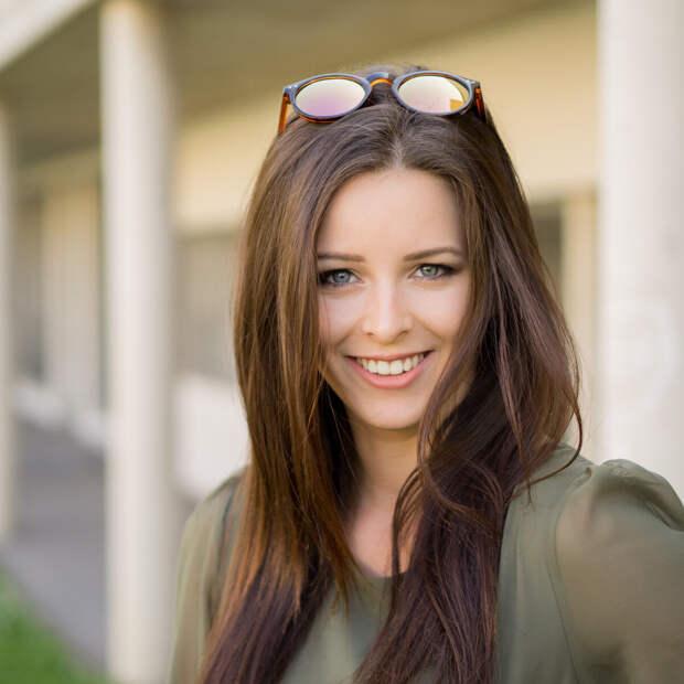 Девушка носит очки на макушке. /Фото: img4.goodfon.ru