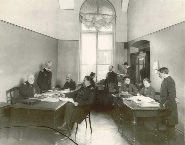 Преподаватели Смольного института в учительской комнате