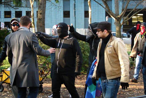Законопослушные жители Портленда, штат Орегон, теперь находятся во власти левых демонстрантов после того, как городская команда полицейских по борьбе с массовыми беспорядками подала в отставку