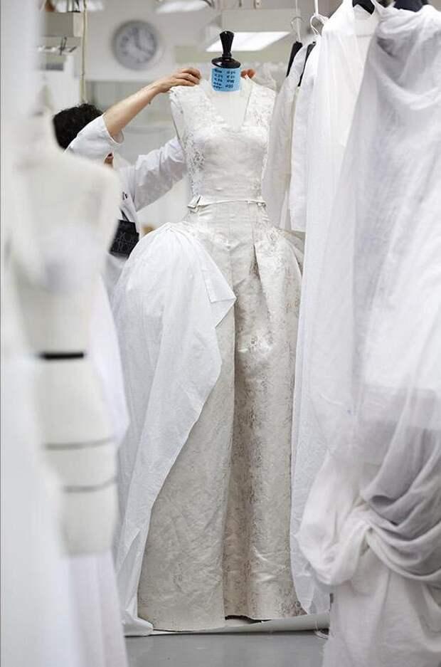 Как работают в мастерских Dior (трафик)