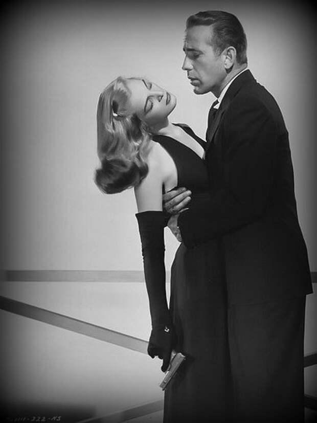 """Лизабет Скотт и Хамфри Богарт в фильме """"Рассчитаемся после смерти""""."""