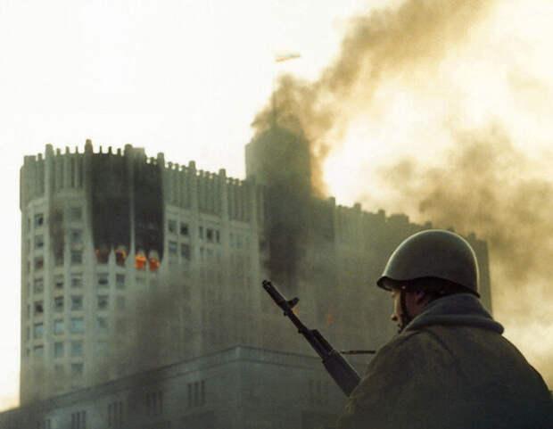 Солдат на фоне горящего Белого дома