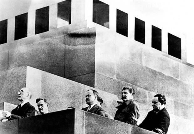 Французский писатель Андре Жид произносит речь с трибуны мавзолея на похоронах Максима Горького, 1936 год
