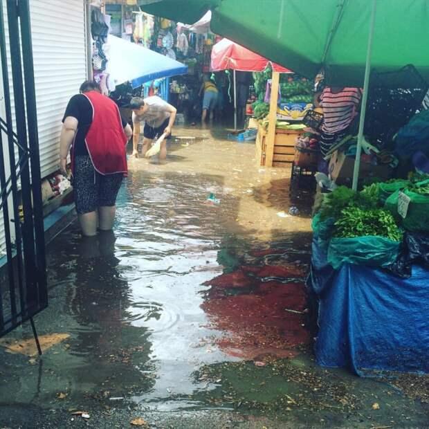 Ялту затопило: машины стоят, торговцы подсчитывают убытки