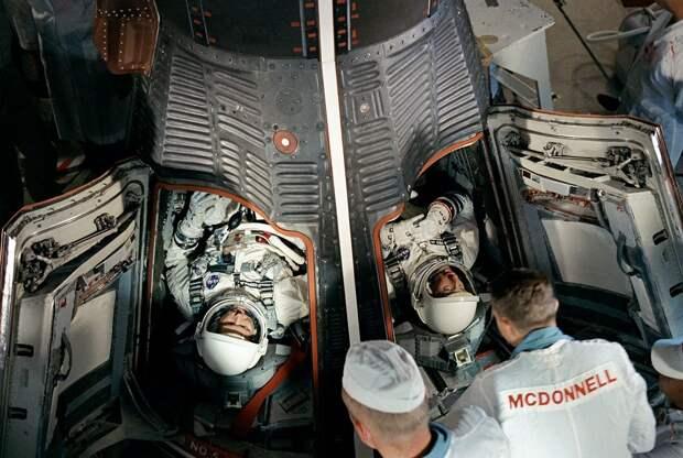 1965, 21 августа.  Космонавты Л. Гордон Купер (слева) и Чарльз Конрад перед стартом. Основные задачи — проверка возможности корабля совершать многодневные полёты, а также исследование долговременного влияния невесомости на организм человека