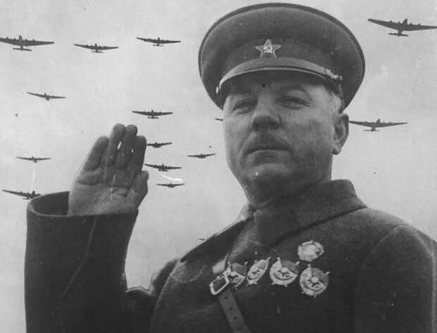 Почему Сталин отстранил Ворошилова от командования обороной Ленинграда