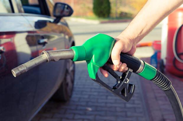 Автоэксперт объяснил, почему не нужно заправлять автомобиль «под завязку»