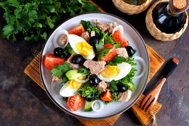 Салат с тунцом и клубникой. \ Фото: google.com.