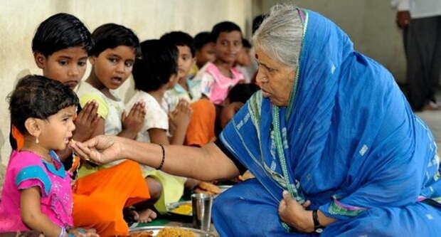 Как «мать сирот» спасла от смерти и воспитала более 1400 брошенных детей