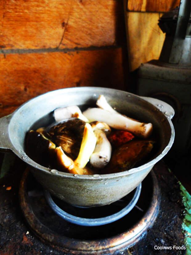 перекладываем грибы в кастрюлю