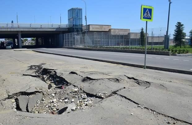 Сочи. Дороги, соединяющие некогда Олимпийские объекты. На самом деле асфальт идеально ровный, иллюзию объёма создаёт умелая работа художников. 3д рисунки, дороги, приколы