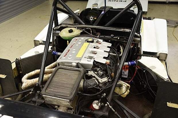 Со снятыми панелями кузова спортпрототип напоминает гоночную формулу. Двигатель Alfa Romeo 2,0 Twin spark мощностью 156 л.с. Для охлаждения использованы два радиатора ВАЗ-1111.