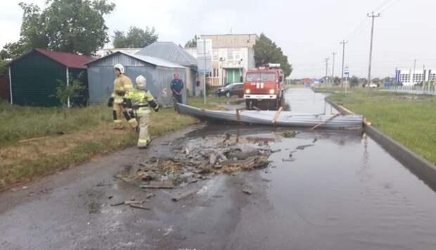 В Мостовском районе ветер сорвал кровлю с шести домов