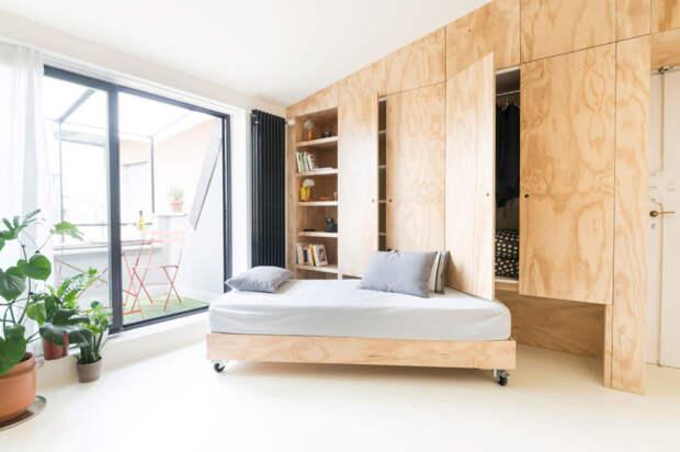 Интерьер квартиры - одна из панелей трансформируется в небольшой диван