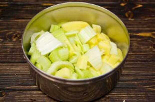 Добавляем нарезанные стебли сельдерея и картофель