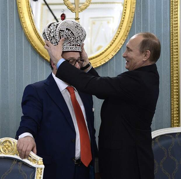 Зачем артист Хазанов принес Путину императорскую корону?