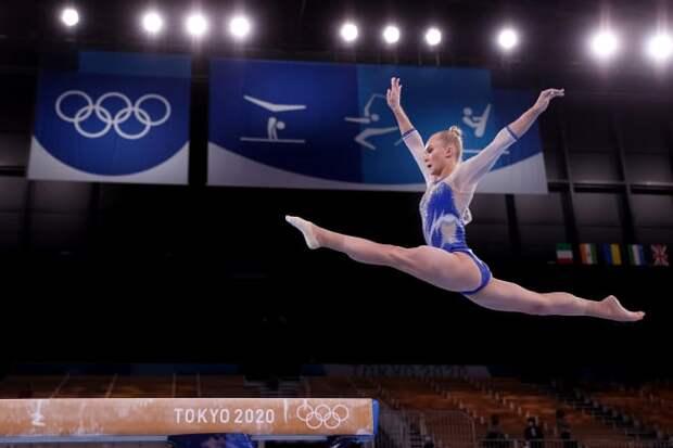 Наши элегантные красавицы-гимнастки без страха обыграли накачанных атлеток США. Первой россиянок поздравила 4-кратная чемпионка Рио американка Байлз