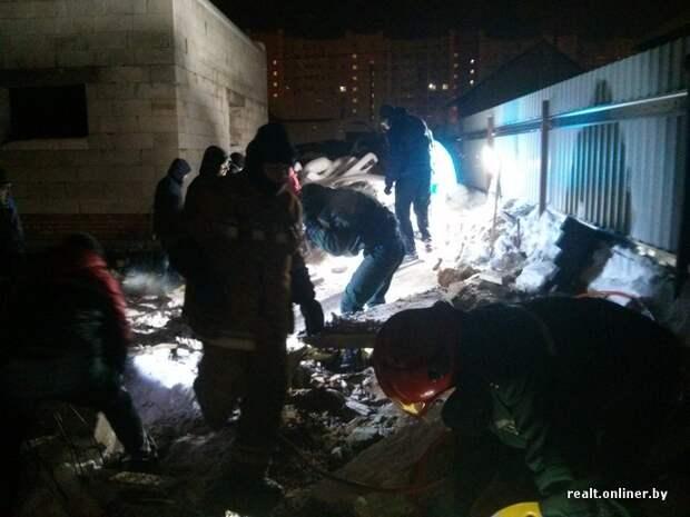 Спасатели и волонтеры 15 часов доставали щенка из-под строительных завалов под Минском