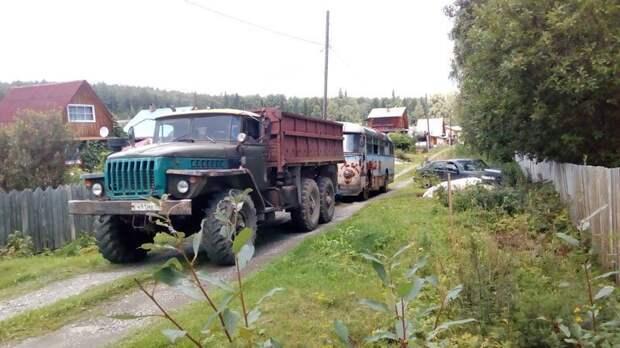 Когда колёса установили, на помощь ЛАЗу пришёл грузовой Урал, который вытянул автобус с участка и отбуксировал до трала ЛАЗ, ЛАЗ-695Е, авто, автобус, олдтаймер, реставрация, ретро авто, ретро техника