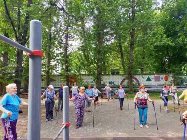 В Савёловском парке начались занятия по скандинавской ходьбе