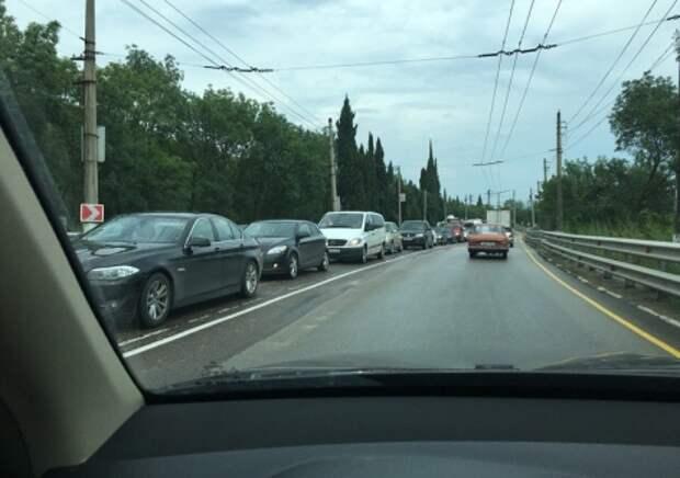 ДТП в Крыму: в гигантских пробках автомобили умылись дождём (фото, видео)
