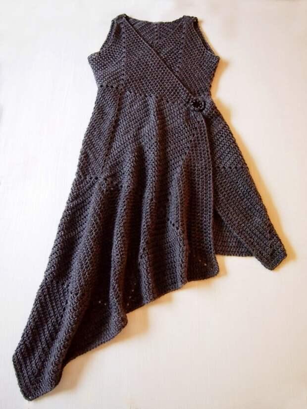 Ассиметричный вариант платья из вязаных квадратов