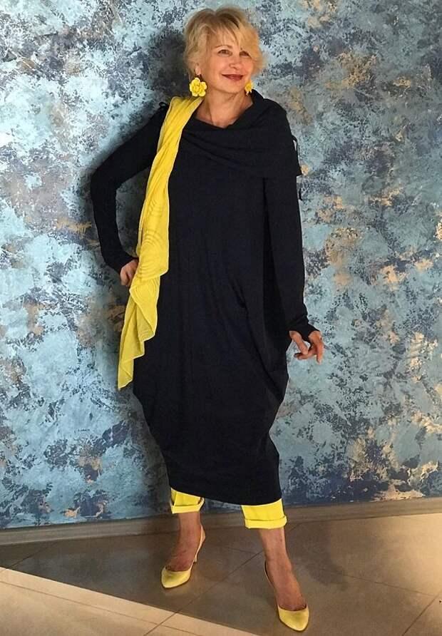 Платье с брюками - модный тренд и он отлично обыгран в этом луке с яркими деталями