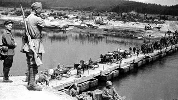 Прохождение конного обоза по легкому наплавному мосту парка ДМП-42 авто, автоистория, военная техника, история, переправа, понтон, понтонно-мостовая переправа