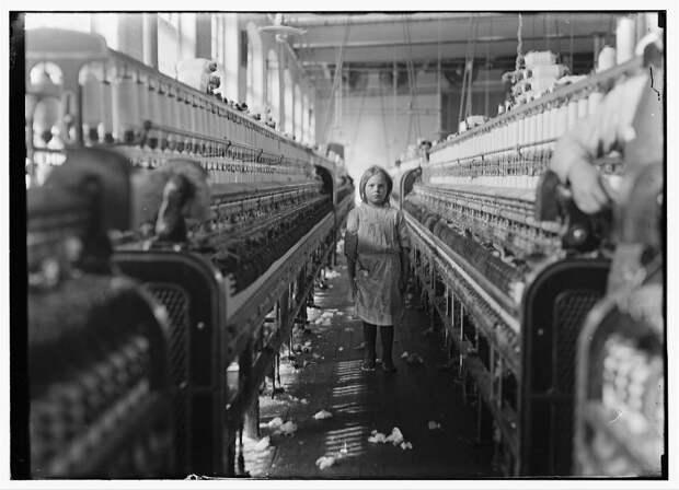 21. Маленький работник ткацкой фабрики в Ньюберри, Северная Каролина. 1908 год. америка, дети, детский труд, история