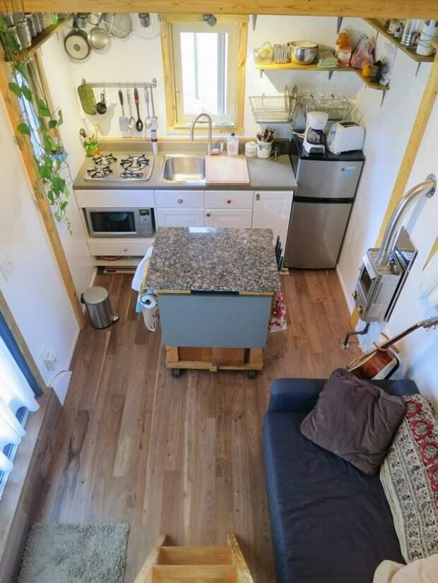 Маленькая кухня в квартире с антресолью