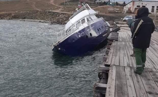 Накренившееся судно загрязнило топливом воды Байкала