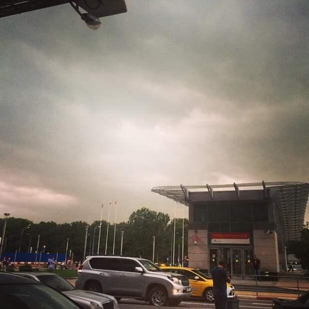 МЧС предупреждает о надвигающемся на Москву урагане