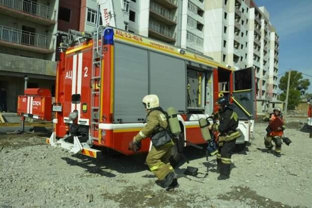 В Саранске пожарные из «горящей» многоэтажки спускали в люльке людей