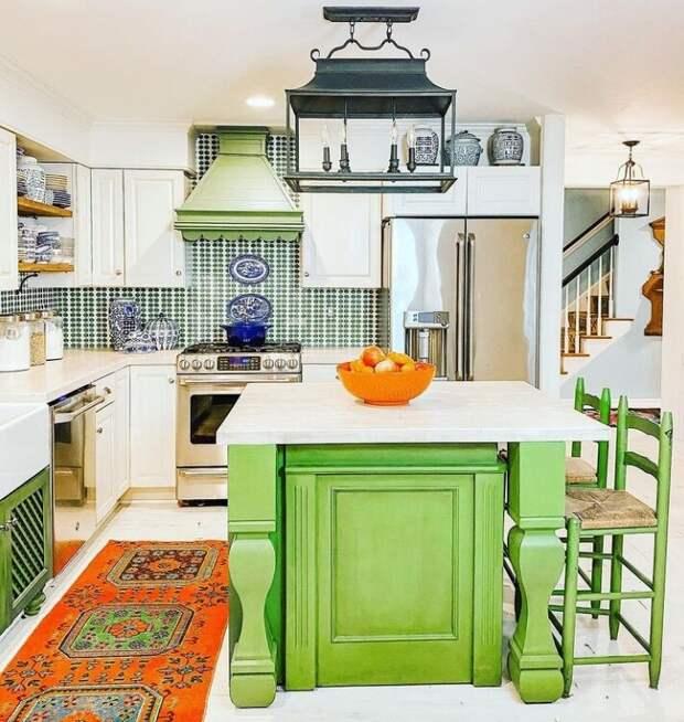 Бело-зеленая кухня, украшенная колоритным китайским фарфором. Фото из Инстаграм-аккаунта Кортни @zigandcompany