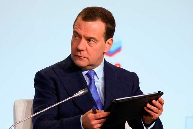 Медведев вышел из 2-х недельного затворничества и поддержал «Единую Россию», назвав ее единственной реальной силой