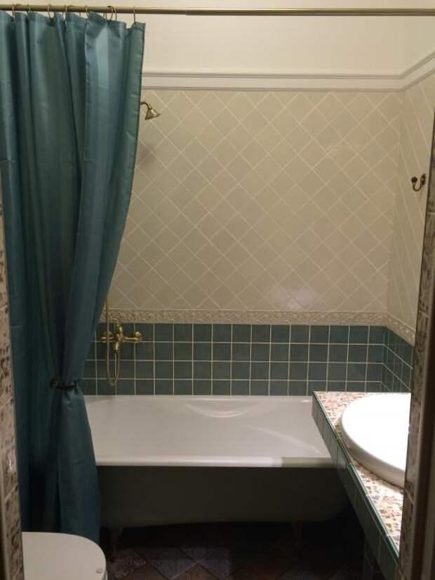 Интерьер ванной классика, бирюзовая шторка на ванну
