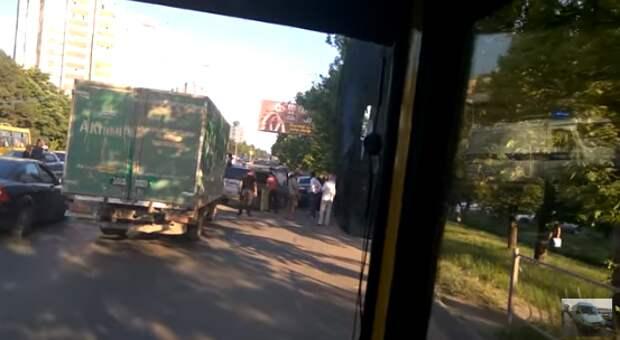 В Симферополе внедорожник сам перевернулся на проезжей части (ВИДЕО)