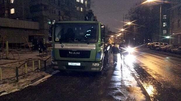 Эвакуаторы порядка: паркуемся на тротуарах, наезжаем на пешеходов (ФОТО, ВИДЕО)
