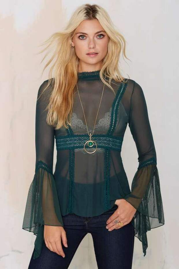 Нужна ли в гардеробе прозрачная блузка? С чем ее носить?