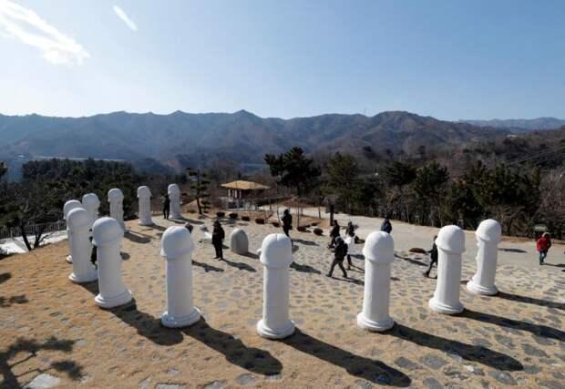 Гости Олимпиады ринулись в южнокорейский парк пенисов