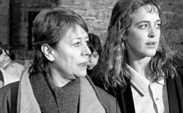 Анни Жирардо в фильме «Заключенные женщины»