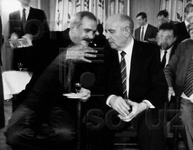 Михалков забыл, как лез в объятья к Горбачёву и Ельцину